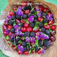 Сочный букет из черешни с ежевикой, ароматной мяты и цветов