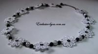 Ожерелье с бисера и кружева бело-черного цвета