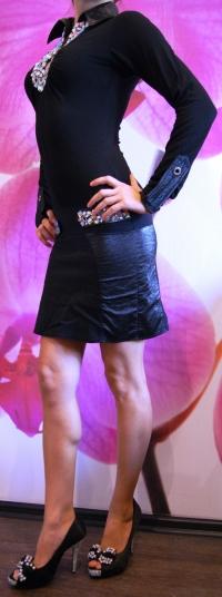 Черное платье ручной работы обшито камнями хамелион
