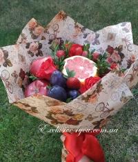 Фруктовый красный букет с розами