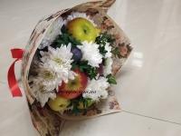 Вкусный фруктовый букет с белыми хризантемами
