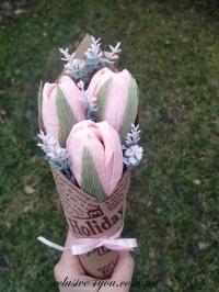 Мини-букет розовых крокусов из конфет из 3-х