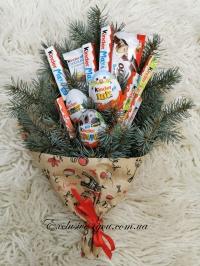 Новогодний букет из шоколадного набора киндер сюрприз.