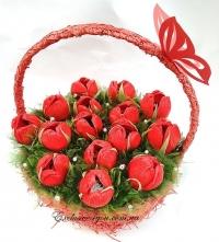 Букет красных крокусов из конфет в красной корзинке