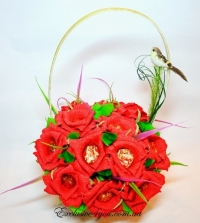 Букет красных роз из конфет в корзинке.