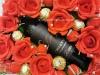 Коробочка красного букета из конфет с хорошим вином