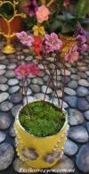 Желтый цветочный горшочек с бусинками и цветочками