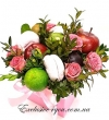 Нежно-розовый шляпный букет из фруктов и роз