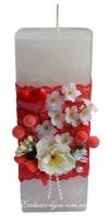 Толстая квадратная свеча в красно-белом стиле
